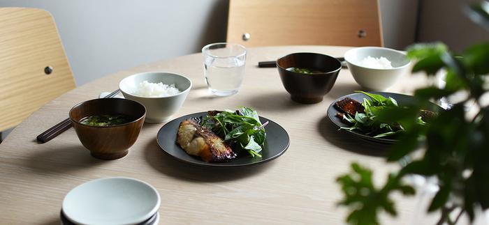 白と黒でコーディネートするとコントラストがはっきりしているので、食卓が洗練された雰囲気になります。白い器の良さと、黒い器の良さが共に生かされ、定番のメニューも洒落た料理に見せてくれますよ。