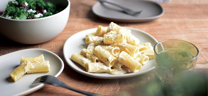 さりげなく存在感を発揮してくれるグレーの器を加えることによって、どんな料理でもモダンな印象に早変わり。その上、食材の色を選ばないので、お手持ちの白い器とも簡単に合わせられます。