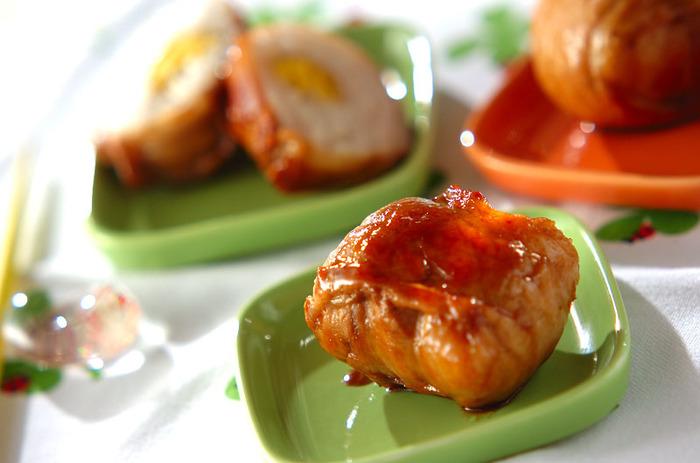 甘辛のタレで味付けした豚バラ肉の中にはご飯が…。小さめサイズに作ると火も通りやすく、お子さまにも食べやすい大きさに!甘じょっぱいタレをまとったお肉とご飯の組み合わせは、とにかく最高。また食べたくなる美味しさです!