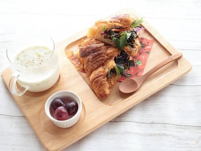 """定番とは一味違うサンドイッチを楽しみたい方には、""""和の食材""""を使ったヘルシー&美味しいクロワッサンサンドがおすすめです。こちらは「ひじきの白だし煮」と赤水菜を合わせた、見た目もおしゃれな和風サンド。ふんわりとしたコストコのクロワッサンも美味しそうですね♪"""