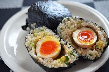 味が染み込んだ半熟煮卵が丸々一個入った、豪快なおにぎり。ご飯には、煮卵の漬け汁と三つ葉を混ぜ込み、握るのがポイントです。お子さまが食べる時には、三つ葉抜きにしてもOK!海苔を巻いたら、しっとりとするまで馴染ませてから召し上がれ。
