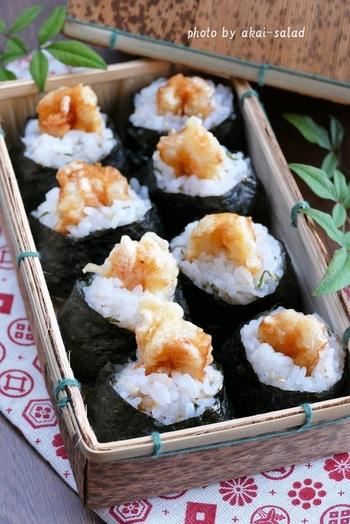 ちくわ天と酢飯で握った天むすは、天ぷら衣には桜えびを加えて香ばしく、酢飯には茗荷と大葉を加え風味豊かに…。 小ぶりな大きさのおにぎりは、ふた口でつまめるので、お弁当にピッタリ!ぷりぷり&もちもちっとした食感のちくわ天は、ボリュームもあり、他におかずが無くても大満足のお弁当になりますよ♪