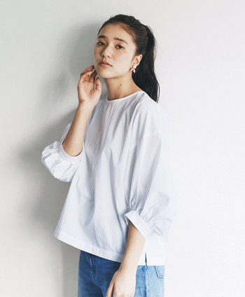 ふんわり袖に袖口のギャザーがシルエットを立体的に見せてくれるデザイン。シンプルにデニムと合わせてもトップスインしてスカートと合わせてもおしゃれにまとまり、着まわしの効くアイテムです。
