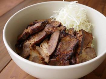 チャーシューを少し炙ることで、香ばしい風味が生まれ、丼物にするとなんともいえないおいしさに。焦げないようにご注意を。