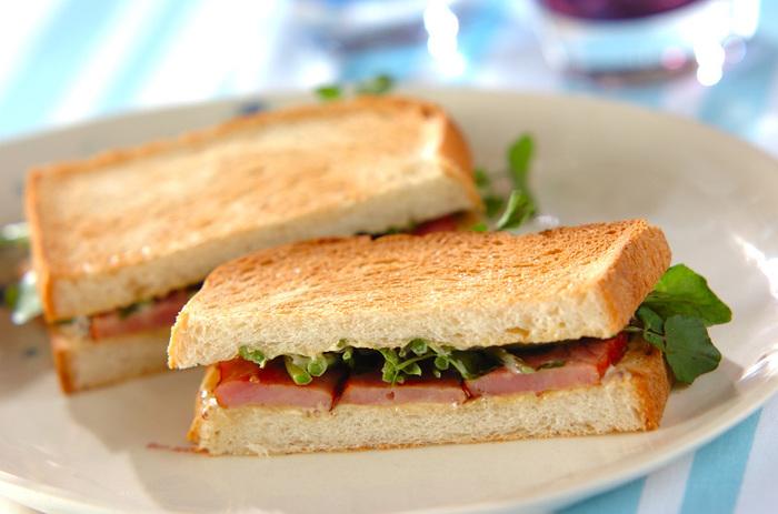 自家製のおいしいチャーシューは、サンドイッチの具にするのもおすすめ。ほろ苦いクレソンや、マスタードの酸味もチャーシューによく合います。厚みのあるチャーシューを使えば、食べ応えのあるサンドになりますね。