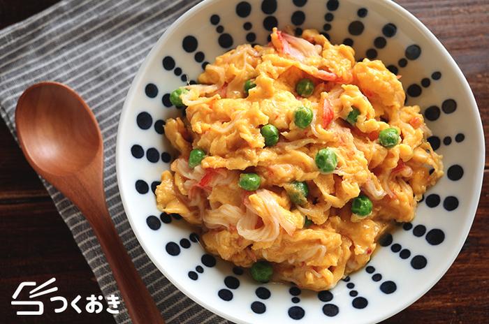 カニカマを使って手軽に作れるかに玉レシピ。卵が固まりすぎないように注意してくださいね。ご飯に乗せてとろみあんをかければ天津飯にもなりますよ。