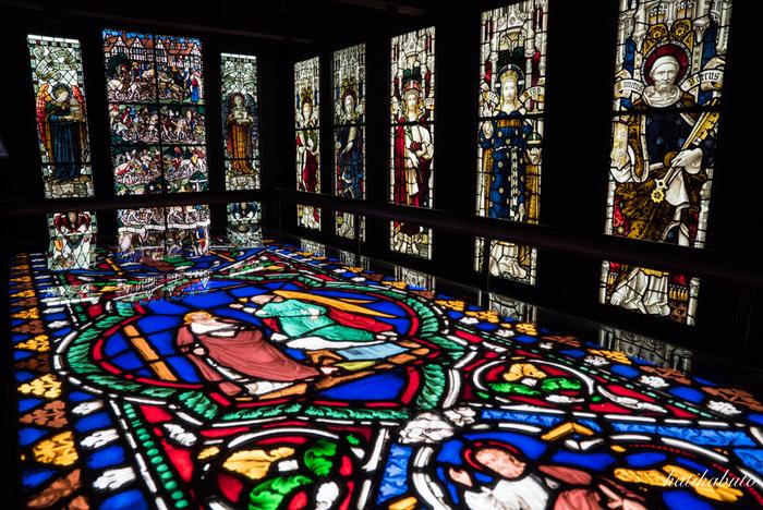 中でも見応えがあるのは「ステンドグラス美術館(旧高橋倉庫)」。19世紀後半から20世紀初頭にかけてイギリスで制作され、実際に教会の窓を飾っていたステンドグラスが展示されており、息をのむ美しさに圧倒されてしまいます。