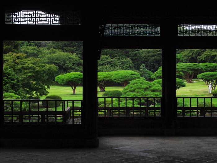 旧御涼亭からの眺めは、建物がシルエットになって趣深い味わいに満ちています。シルエットにしても、こんなに印象的な風景を撮影することができるんですね。