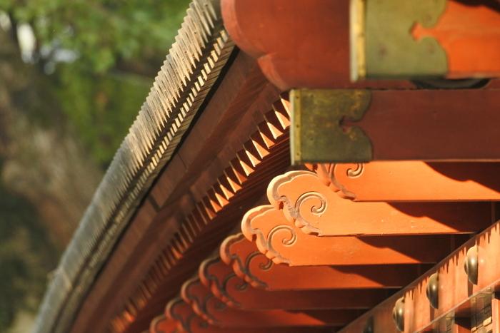 神社やお寺では建物のパーツも凝った装飾のものが多いので、長い時を経た建物が持つ色気のようなものを感じながらシャッターを切っていきたいですね。