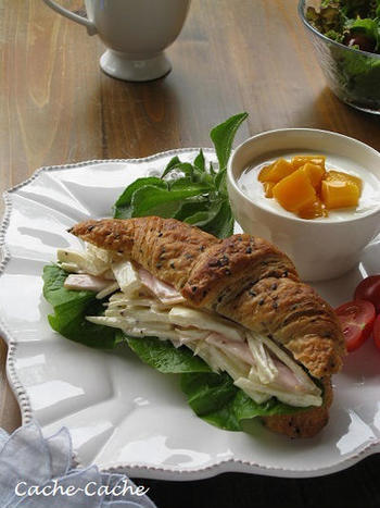 胡麻入りの香ばしいクロワッサンに、筍・牛蒡・ハムのサラダを挟んだ春らしい一品です。ワンプレートにデザートも添えられて、まるでカフェのようなおしゃれな雰囲気ですね*