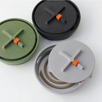 洗練されたデザインで、玄関やベランダにそのまま置いておいてもおしゃれな「ideaco(イデアコ)」の蚊遣りは、耐久性のあるバンブーメラミンという素材を使用しており、丈夫で長く使える製品。フタのオレンジ色のパーツは、蚊取り線香の途中にセットしておくとタイマーとして使えます。