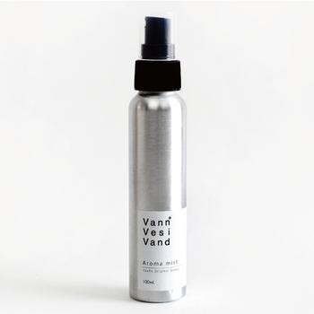 SyuRoのオリジナルのアロマ・スキンケアシリーズ「Vann Vesi Vand(ヴァンヴェッシヴァンド)」のアロマミスト。スタイリッシュなパッケージから生まれる、やさしいアロマの香りにびっくり。ハーブとスパイスをミックスさせた爽やかな香りで、男女問わずお使いいただけますよ。