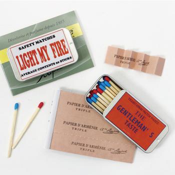 """カラフルなマッチと紙製のお香がキュートな「instrumental(インストゥルメンタル)」の紙製のお香とケース入りマッチのセット。""""papier d`armenie(パピエルダメニイ)""""は、フランスで長い歴史を持つ紙のお香で、お部屋の気になるにおいをすっきり浄化してくれます。"""