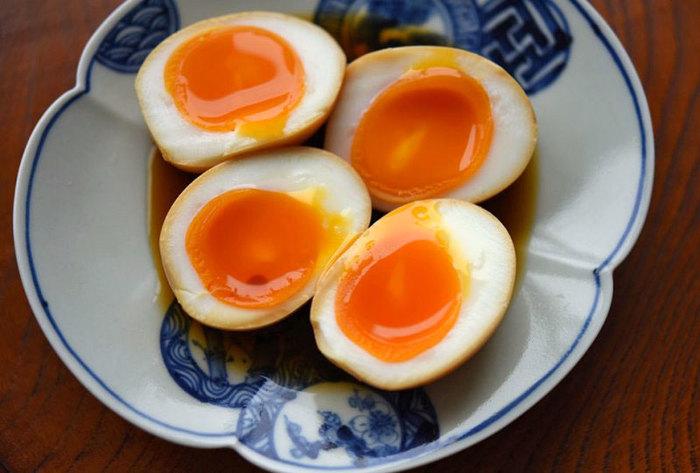 煮卵のレシピでは、卵を煮ないレシピもよく登場します。煮ないで作る煮卵も、茹で卵を作るところまでは同じ。後から火を通さないので、お好みの半熟加減に仕上げることができますよ。茹で卵が完成したら、別に作ったタレに漬けておくだけ。煮る時間がかからないほか、ラーメンのトッピング風のとろりとした煮卵が出来上がります♪