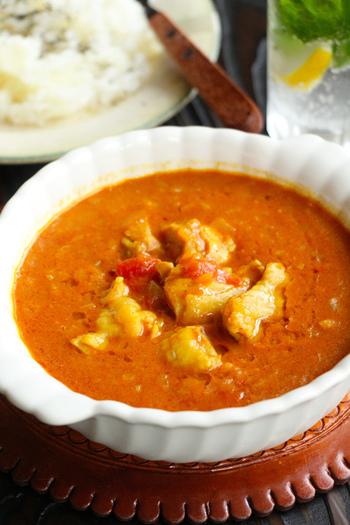 北インドのカレーは、どろりと濃厚なタイプ。シナモンやナツメグ、ガラムマサラなどスパイスをふんだんに使ったものが多く、「ムングマッカーニ(バターチキンカレー)」「キーママター(キーマカレー)」「パラクパニール(ほうれん草とチーズのカレー)」などが有名です。