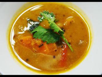 写真の「サンバル(野菜と豆のカレー)」も、南インドの定番。日本でいうならお味噌汁のような存在だとか。また、主食はインディカ米に属するバスマティライスなど。