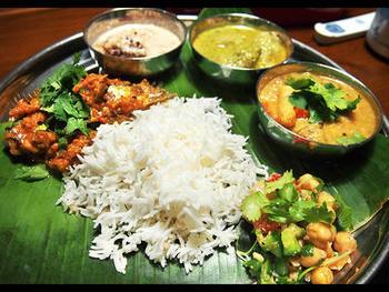 南インドのカレーは、野菜や豆を使った、さらりとしたタイプ。カレーリーフやマスタードシード、ココナッツミルクなどが使われることが多く、ヘルシー系のカレーといわれます。「アヴィヤル(野菜とヨーグルトのカレー)」などが知られているようです。写真は、ポピュラーなおかずとカレーの定食「ミールス」。