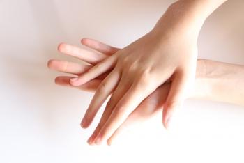 親指と人差し指は自然と力が入りやすい指です。逆に中指と薬指は力を入れようと思ってもあまり入らない指なのです。  この二本の指の腹を使うことで余計な力が入らず、小鼻や目の周りなど細かいところのメイク汚れもしっかり落とせますよ。