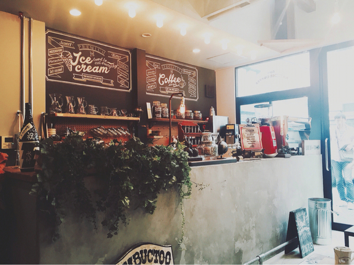 新日本橋駅から徒歩1分ほどの距離にあるこちらのカフェ。コンクリートと木のインテリアがとてもバランスよく、お洒落な雰囲気です。小さなお店ならではの緩やかな心地よさがあります。