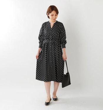 ドット柄とウエストの切り替えデザインが魅力のワンピースは、一枚で着るとクラシカルな雰囲気たっぷり。上品な小物をセレクトすれば、ドレスアップしたい日にもぴったりなコーディネートの完成です。