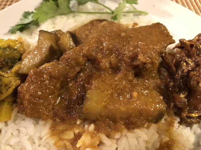 カルカッタを中心とするインド東部のベンガル地方では、インディカ米を主食に魚介をたくさん使うベンガル料理で知られています。カレーでは「マチェル・ジョル(ベンガルフィッシュカレー)」が有名。また、西インドは厳格な菜食主義者も多い一方で、西海岸のムンバイからゴアにかけては魚介料理も多く、カレーもその影響を受けています。
