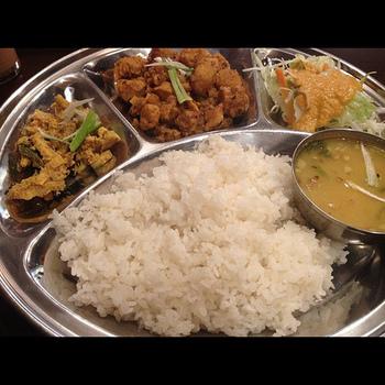 ネパールカレーは、あっさりした味とマイルドな辛さが特徴。レンズ豆などをスパイスとともに煮て、それをご飯にかけて食べる「ダルバード」という定食がよく知られています。