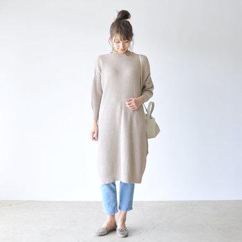 抜け感たっぷりで女性らしいデザインのワンピースにスリムフィットのデニムを重ねて。メンズライクなアイテムをプラスすることでリラックスムードがちょっぴり引き締まり、バランス良くまとまります。たくさん歩くお買い物の日にもおすすめなカジュアルコーデの完成♪