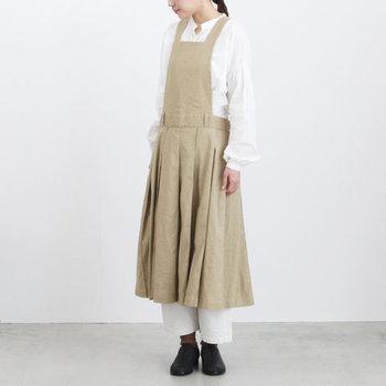 ナチュラルなエプロン風ジャンパースカートにも白パンツがお似合い!ジャンパースカートの愛らしさをキープしつつ、ちょっとだけ大人っぽくまとめてくれます。トップスも白をセレクトすると綺麗♪
