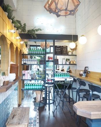 タイルや木を多く使ったおしゃれな店内は、カウンター席がメインでふらりと入りやすい雰囲気が魅力です。