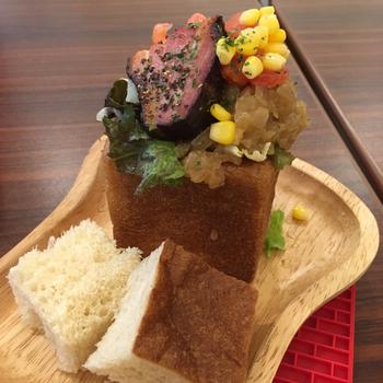 こちらのサンドイッチは、国産小麦や全粒粉を使用した8センチ角のオリジナルキュービックパンに、国産無添加のゴロゴロ野菜をたっぷり詰め込んだもの。 こちらの「BLTサンド」には、フレッシュトマトやレタス、そしてドイツ農業協会(DLG)国際品質競技会で連続金賞受賞した、風味豊かな北海道産ベーコンを贅沢にサンド。見た目も楽しい1品です。