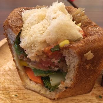 キュービックパンの中にも大きめにカットしたゴロゴロ野菜がぎっしり。ブロッコリーやにんじん、パプリカ・コーンはそれぞれの美味しさがしっかり感じられますよ。ほかにもチキンカレーサンドや卵サンドなどがあり、いろんな味を食べてみたくなります。