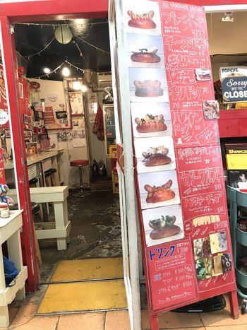 三軒茶屋駅前の仲見世通り商店街にある「クジラ荘」は、隠れ家的なホットドッグのお店です。入口が小さく、少し分かりづらいかも知れませんが、赤いドアとメニュー看板が目印です。
