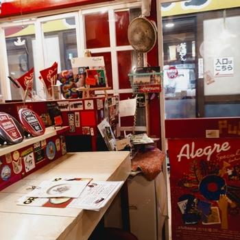 赤を基調としたアメリカンテイストの店内は、ポップな雑貨が飾られています。
