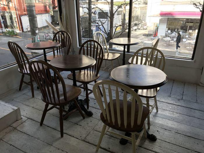 アンティーク風の店内は、女性を中心に連日たくさんのお客さんでにぎわっています。写真のように2人がけから、大きなテーブル席やカウンターまで、さまざまなシーンに対応。大きなガラス窓からは陽射しが差し込み、気持ちのいい空間です。