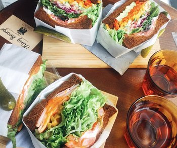 すべてのサンドイッチがトーストされていて、温かいままいただけるのがうれしいですね。テイクアウトも可能なので、ピクニックやホームパーティーにもぴったり。おしゃれなサンドイッチは、手土産にも喜ばれること間違いなしです。