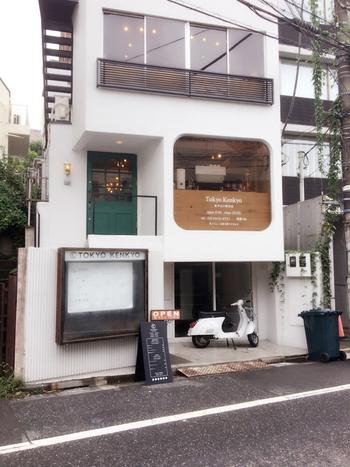 神泉、代官山、渋谷の各駅から歩いて10分ほどのところにある「Tokyo Kenkyo(トウキョウ ケンキョ)」は、住宅街にひっそりとたたずむ一軒家カフェ。
