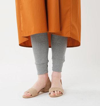 裾がリブになっていたり、足首にぴったりフィットするようなデザインのレギンスも着こなしにアクセントが生まれるので持っていると重宝します。  こちらのレギンスは内側にシェルボタンが付いていて、ボタンを外せばスリット入りデザインとしても楽しめて一石二鳥♪