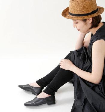 透け感のあるエアリーなワンピースなど、オケージョンにも使えるようなレディライクな一枚には裾がくしゅくしゅっとした可愛らしいレギンスが良く似合います。