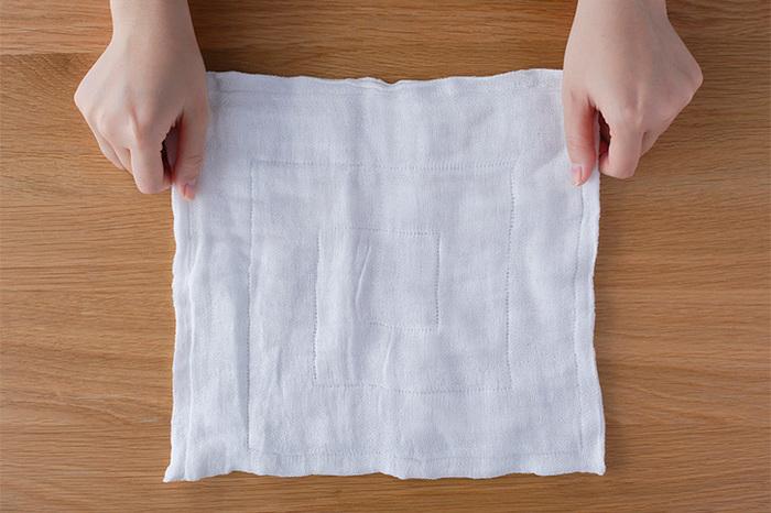 使い勝手の良い暮らしの道具を、熟練の職人さんたちが日本の素材を用いて作り続けている「東屋」と、奈良県で300年に渡り、麻織物の製造などを行っている老舗の「中川政七商店」がコラボして生み出した真っ白な、小ぶりのふきん。