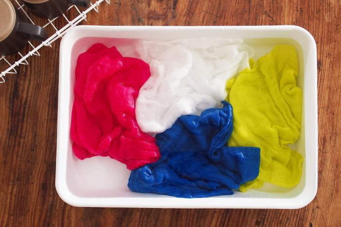 mitsou氏好みの美しい色に染められたふきんは、マンダリンブルー、レモンイエロー、チャイナピンク、ホワイトの全4色。どれも鮮やかな色合いが素敵で迷ってしまいそう。