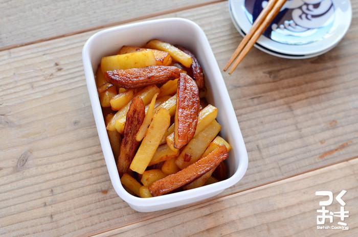 同じ大きさに切ったじゃがいもとさつま揚げをお醤油とお塩でさっと炒めて完成!  副菜としていただくほか、お弁当に入れたり、晩酌のお供にもばっちりですね♪  作り置きにも最適です。