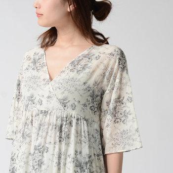 レトロなフラワープリントと、女性の美しさを引き出してくれるカシュクールデザインが魅力のワンピース。薄手の軽やかな生地感も相まって、袖を通すだけで心まで軽くなりそう♪春夏のお出かけにぴったりな一枚です。