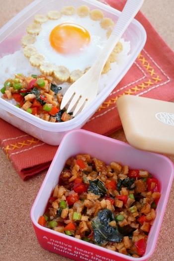 タイ料理のなかでも人気料理の一つ・ガパオは、通常鶏ひき肉を使いますが、さつま揚げで代用すると食感がさらにグレードアップされます。  薄めのさつま揚げを使えばみじん切りしやすく、すぐに炒めることができますね。  たっぷりのバジルリーフとパプリカを使って彩り豊かに作ってみましょう♪