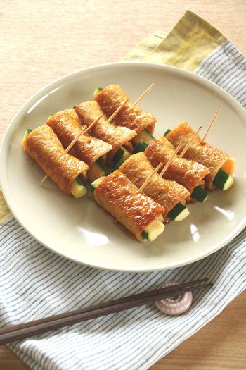 薄いさつま揚げは野菜をくるっと包むのに最適。  こちらのように、ズッキーニを巻くと簡単フィンガーフードの完成です。  マヨネーズをつけて食べても美味しそう!
