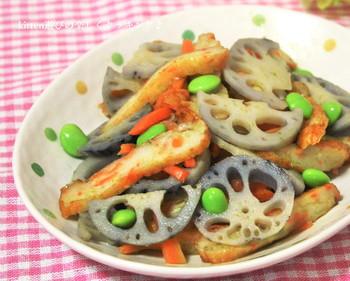 れんこんのしゃきしゃき食感とぷりぷりのさつま揚げ食感がたまらないメニュー。  枝豆も加えて彩りも豊かに仕上がっている一品です。  柚子胡椒を加えて大人味に。