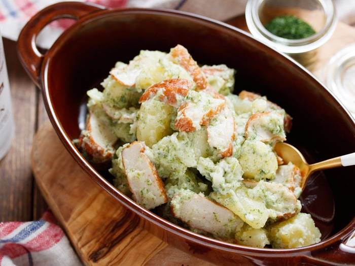 ポテトサラダにさつま揚げをたっぷり加えると、お出汁のような味とマヨの酸味がプラスされて優しい味に。  青のりの風味もあいまって、香り高いポテトサラダに仕上がりそうですね。