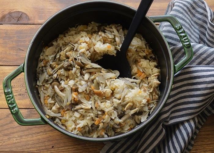 干しエビの香ばしさとさつま揚げのうまみがたまらない炊き込みご飯。  おにぎりにしてもおいしそうですね。  ストウブを使えば、そのまま食卓に出してもおしゃれ。  おもてなし料理にもぴったりです。
