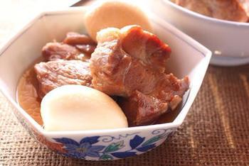 こちらは炊飯器で煮豚と煮卵を同時に作るレシピです。まずお肉を先に調理してから、茹で卵を入れて保温します。途中で卵をひっくり返すほかは、置いておくだけなので実に簡単♪