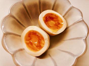 こちらの煮卵は、漬けダレに昆布茶が入っています。タレに水を加えているので、数日経ってもしょっぱくなりにくいのだそう。漬けダレには、お好みでチューブタイプのにんにくを加えてみてください♪