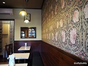 クラシカルな喫茶店風にしたい場合は、イギリスのテキスタイルデザイナー、ウィリアム・モリスの手掛けた柄がおすすめ。没後120年となる今も、モリスのテキスタイルデザインはとても人気です。  ボタニカルモチーフが多く、色味も落ち着いているので、リラックス空間にぴったり。疲れて帰宅したときも、身体と心を癒してくれるはず。